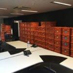 gestapelde verhuisbakken in kantoor